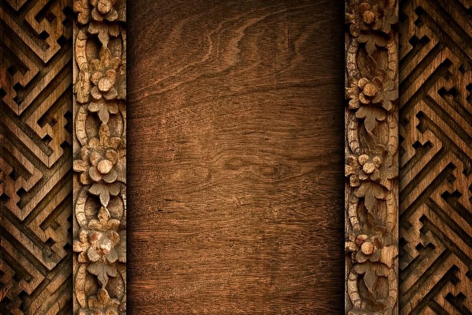 Fondos de madera con tallas y elementos de decoración